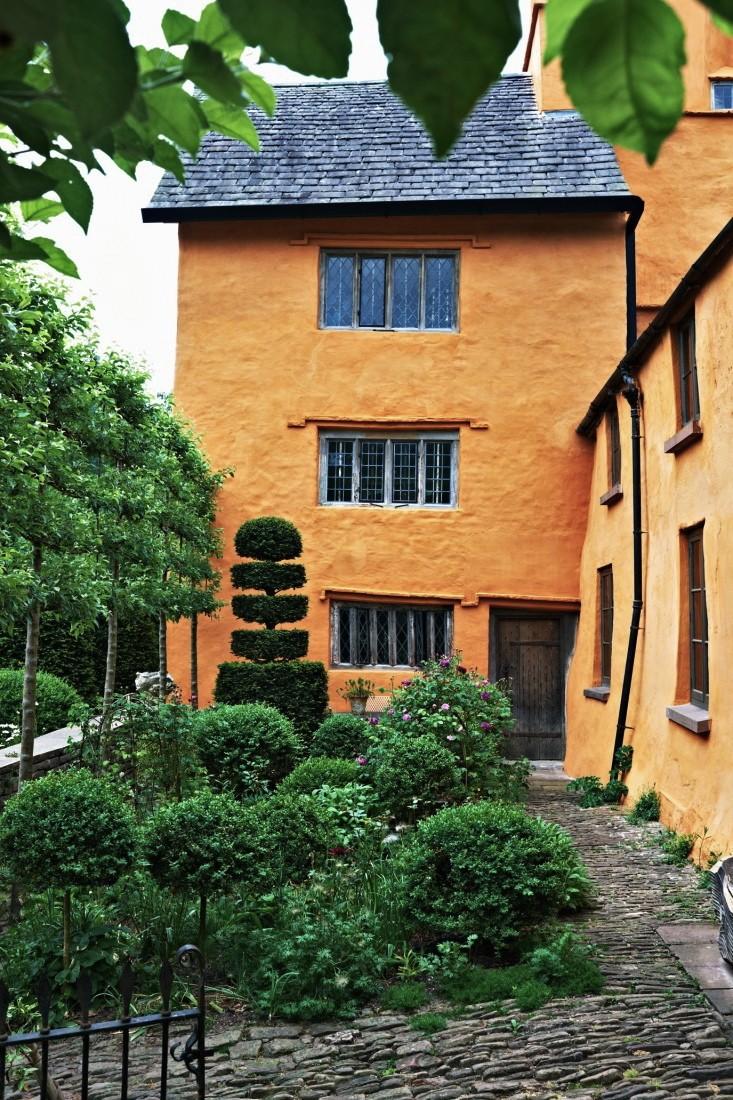 Arne maynard side door and stone path l Gardenista